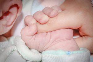 Oorsmeer verwijderen bij een baby