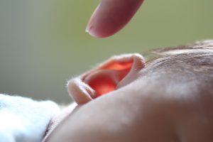 Oorsmeer verwijderen bij een kind
